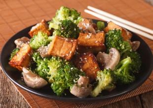Tofu z brokułami  i pieczarkami