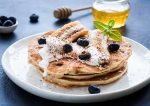 Bananowe pancakes z jogurtem i owocami