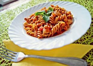 Makaron z soczewicy z sosem pomidorowym