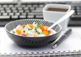 Letnia sałatka z jogurtem sojowym ; pieczywo