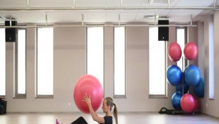 Trening na brzuch z piłką