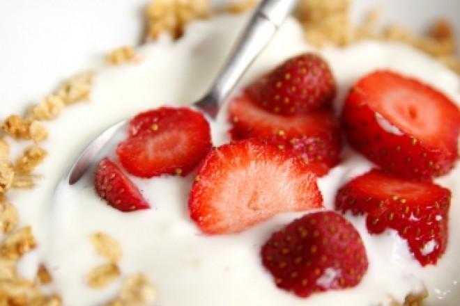 Mleko z musli, świeżymi truskawkami i pestkami dyni