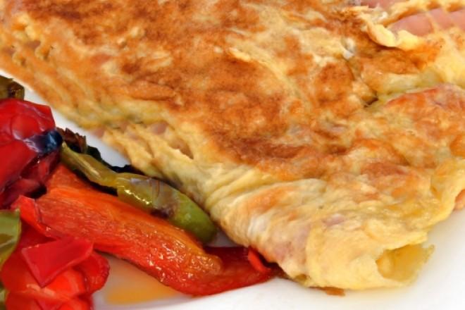 Omlet na maśle z zieloną papryką, mleko