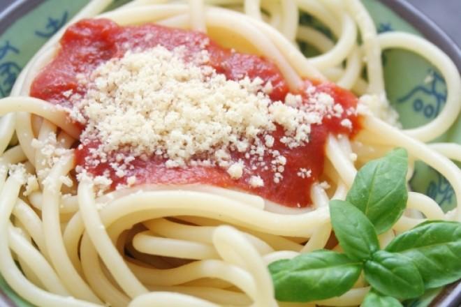 Spaghetti z pomidorami, parmezanem i świeżą bazylią