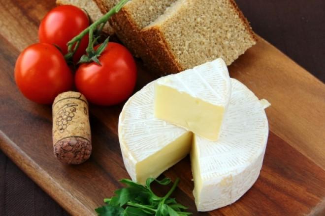 Chleb żytni z serem Camembert, pomidorki koktajlowe; pomarańcza