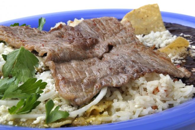 Gotowana wołowina z ryżem i surówką z buraka
