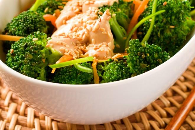 Tofu z brokułami i makaronem sojowym