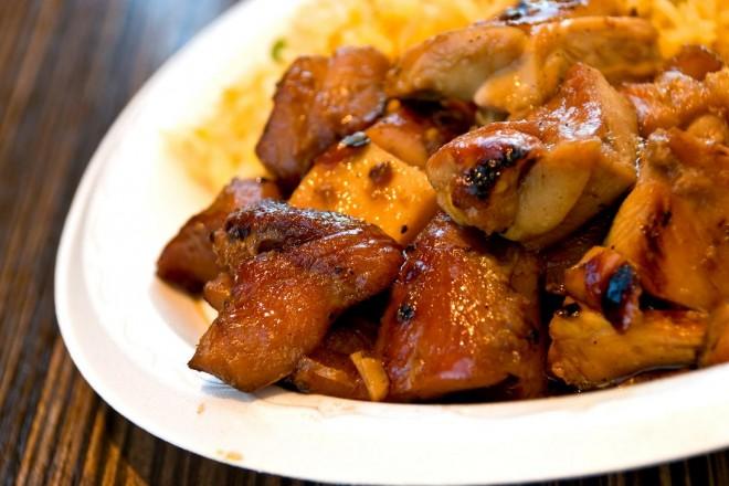 Grillowany kurczak z brązowym ryżem i surówką z marchewki