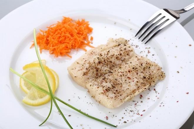 Grillowany dorsz z brązowym ryżem i marchewką