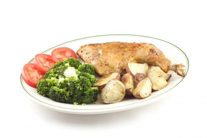 Grillowany kurczak z pieczonymi ziemniakami i brokułami
