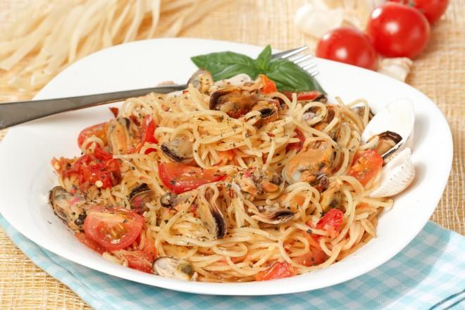Spaghetti pełnoziarniste z pomidorami, parmezanem i świeżym oregano