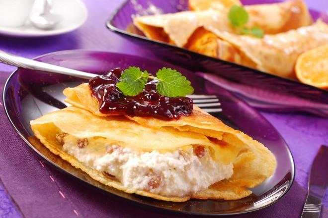 Naleśniki orkiszowe z serem i malinami