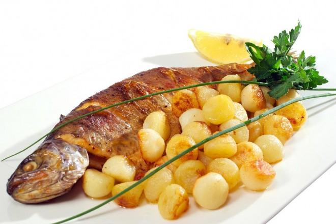Grillowany dorsz z pieczonymi ziemniakami i brokułami