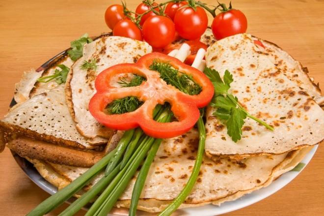 Naleśniki z tofu, pomidorami i fasolką szparagową