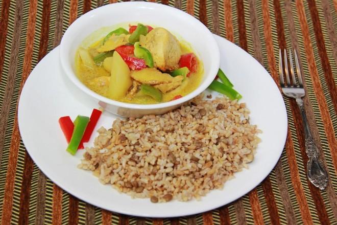 Kurczak curry z naturalnym ryżem i sałatą