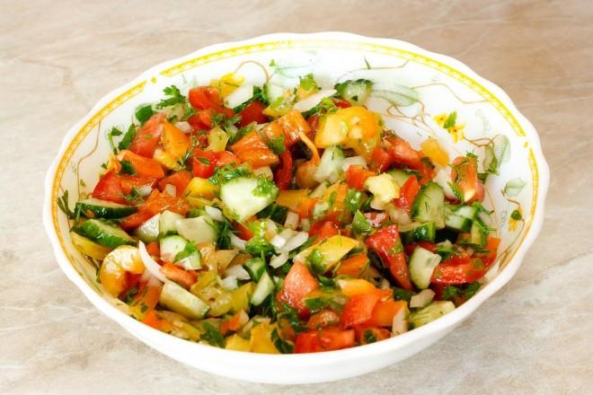 Kolorowe warzywa z dipem koperkowym