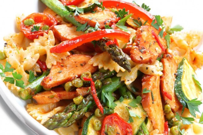 Sałatka kurczaka, papryki i makaronu