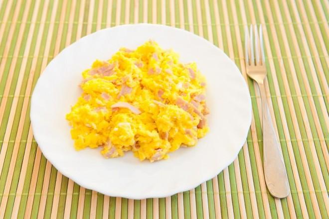 Jajecznica na maśle z szynką i pomidorami, chleb; migdały
