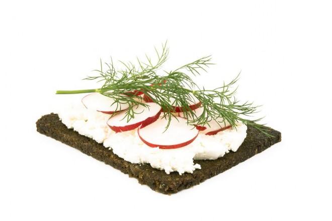 Pumpernikiel z masłem i twarożkiem z rzodkiewkami; grejpfrut