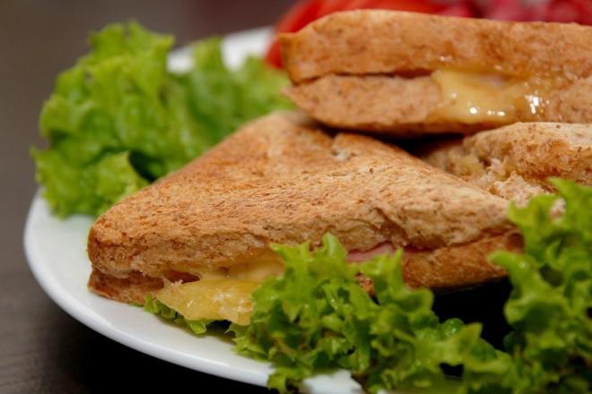 Zapiekanki z chleba graham z serem żółtym i kiełkami słonecznika; nektarynka