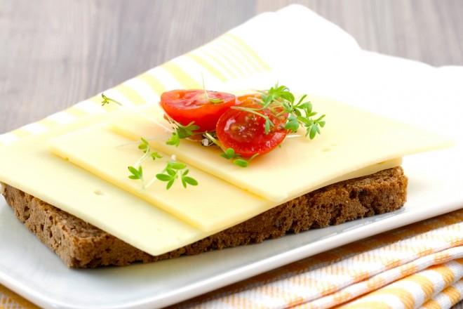 Chleb pełnoziarnisty z serem żółtym, sałata z pomidorem i oliwą; brzoskwinia