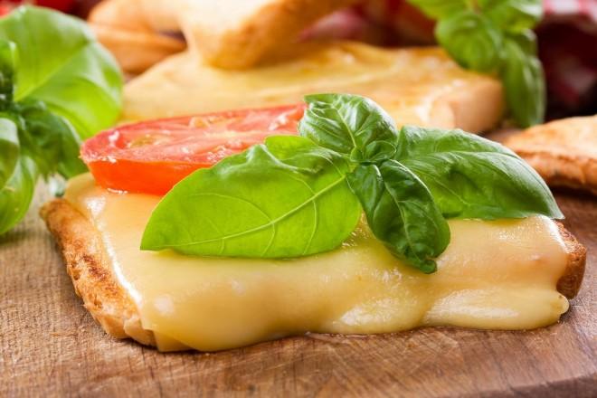 Tosty grahamowe z serem żółtym i kiełkami słonecznika, pomidorki