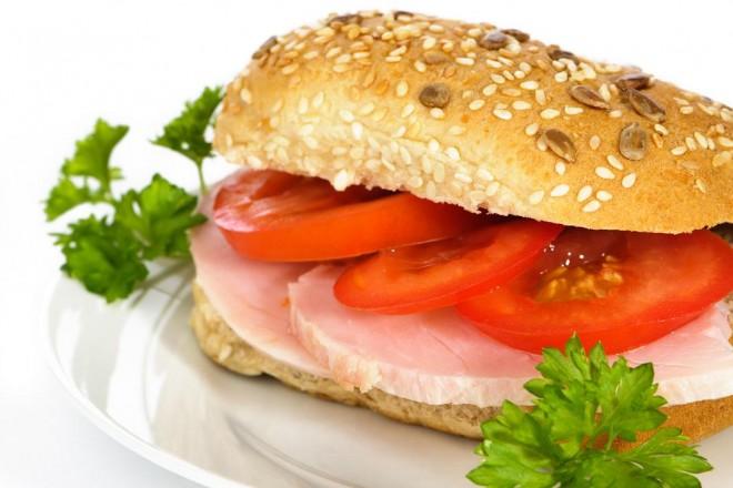 Bułki owsiane z masłem i szynką drobiową, pomidor; gruszka
