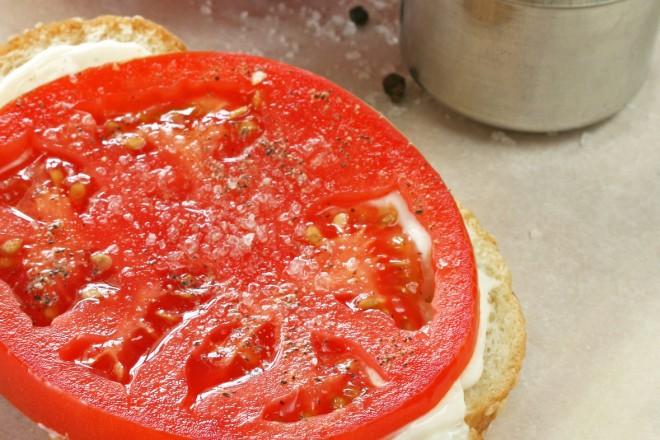 Chleb pełnoziarnisty z twarożkiem i pomidorem; jabłko