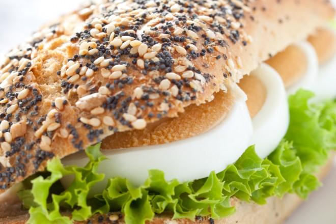 Chleb żytni z masłem, sałatą, jajkiem i kiełkami; nektarynka