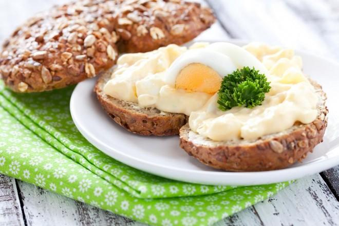 Chleb żytni z masłem, jajkiem i kiełkami, kefir