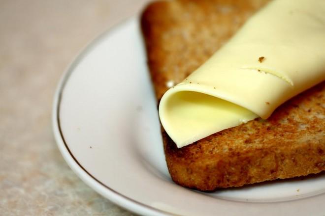 Chleb żytni z serem i cykorią; mandarynki
