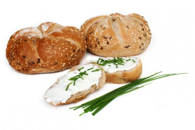 Grahamki z masłem, twarogiem i cykorią; brzoskwinia