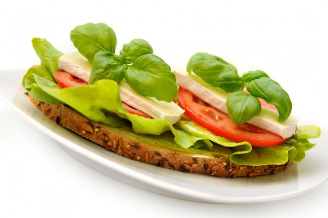 Chleb żytni z serem Camembert i sałatą; Grejpfrut