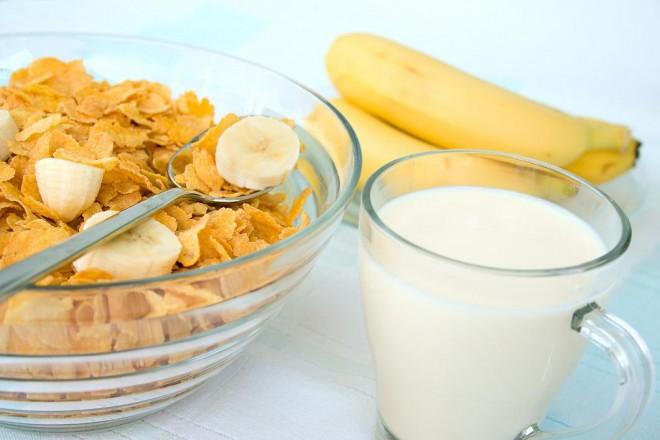 Mleko z płatkami owsianymi i bananem