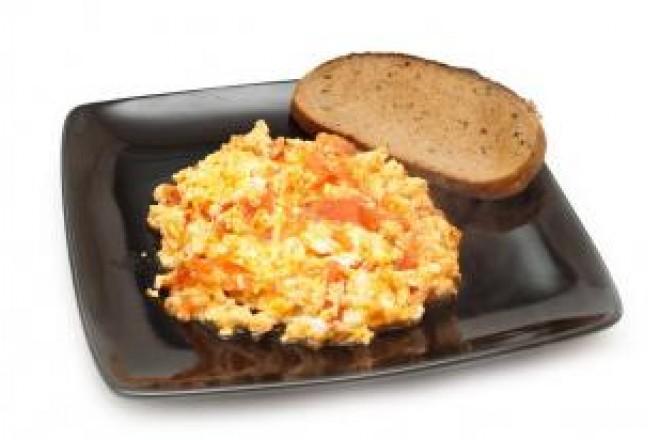 Jajecznica z  pomidorami, grahamka; mandarynki