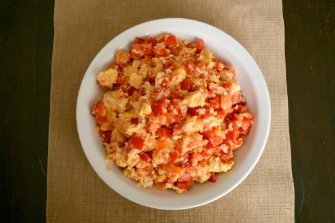 Jajecznica z pomidorami, posypana zarodkami, chleb z kiełkami