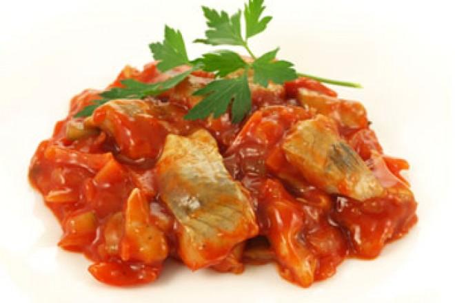Śledź w sosie pomidorowym z chrupkim pieczywem, surówka z kapusty kiszonej
