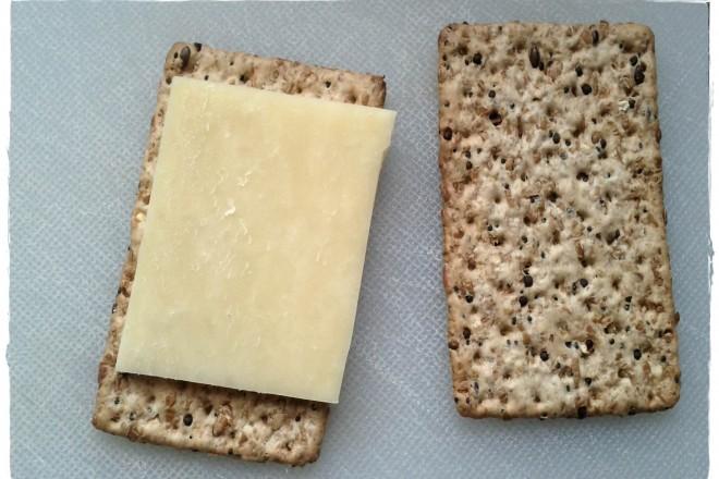 Chleb chrupki z serem żółtym i kiełkami słonecznika