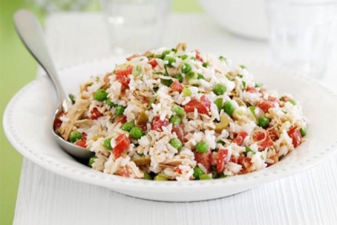 Sałatka z ryżu, tuńczyka, papryki i groszku