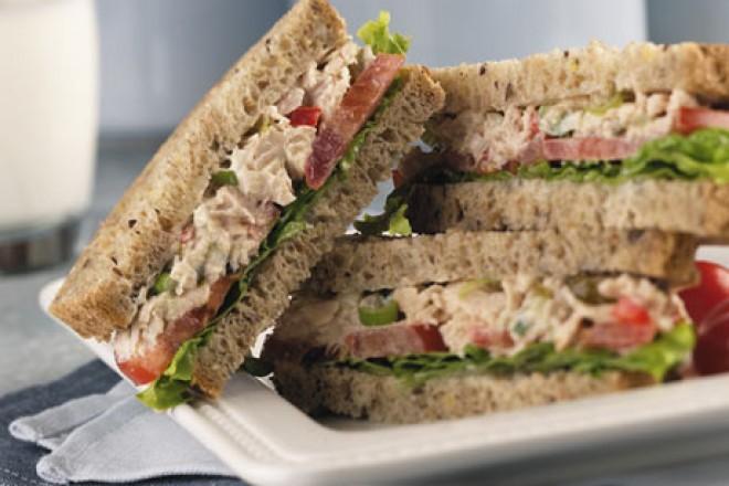 Chleb żytni z sałatą, tuńczykiem z puszki, posypane sezamem