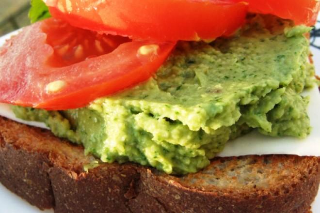 Chleb żytni z sałatą, pastą z awokado i kiełkami; kefir