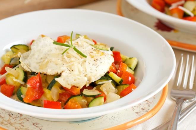 Jajko sadzone z warzywami na patelnię i ziemniakiem