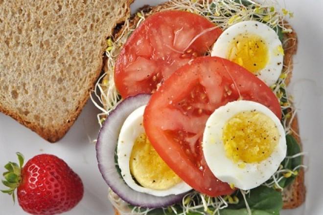 Kanapki z jajkiem gotowanym na twardo i pomidorem, kiwi