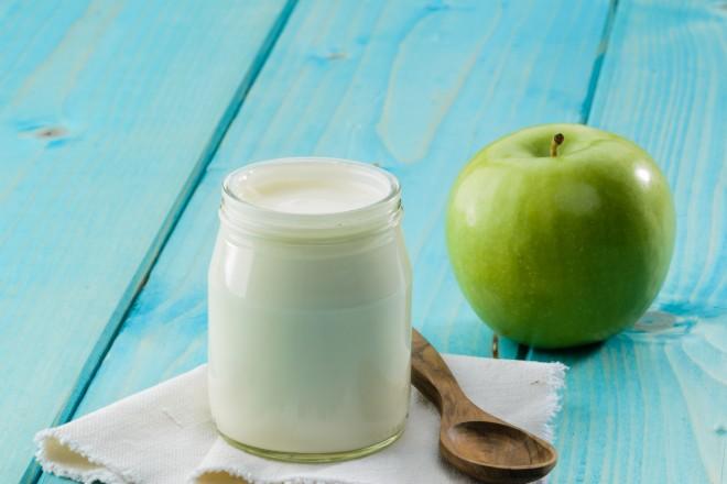 Jogurt naturalny, jajko na miękko; jabłko