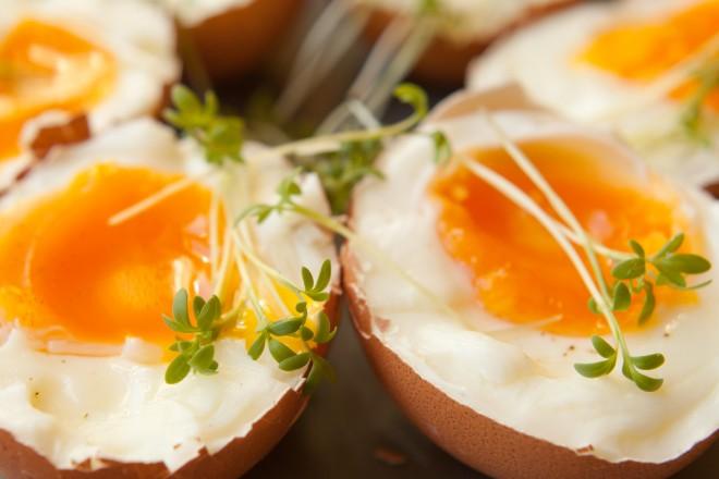 Jajko gotowane na miękko, chleb żytni z masłem i kiełkami; maliny