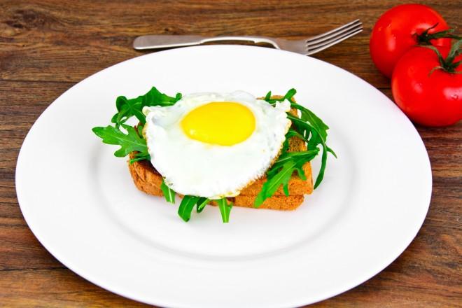 Kanapki z jajkiem i szczypiorem, pomidor; maliny