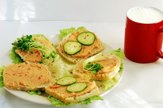 Chleb żytni z sałatą, pasztetem sojowym i kiełkami; kefir; brzoskwinia