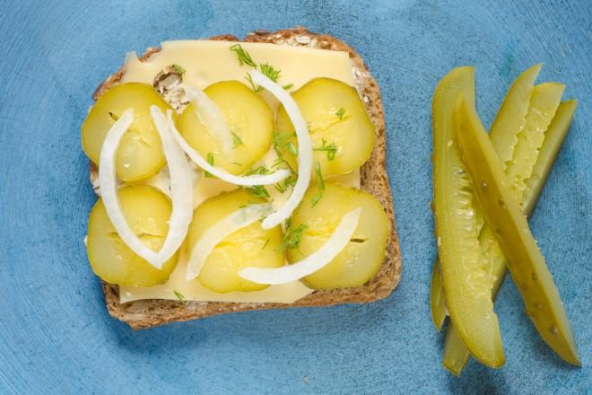 Chleb pełnoziarnisty z serem żółtym; ogórek kwaszony