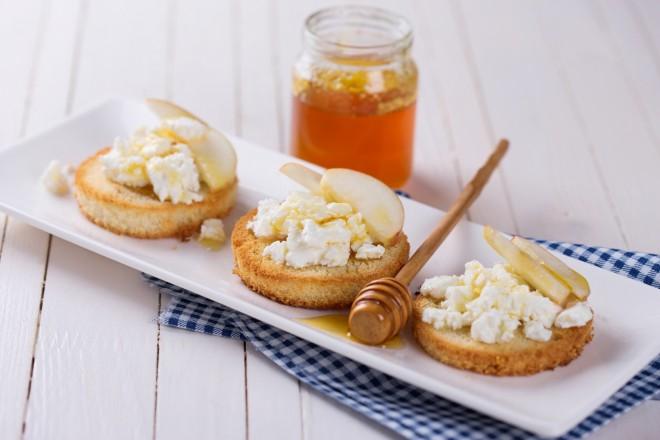 Chleb żytni; Serek Wiejski (ziarnisty) z miodem, jabłko