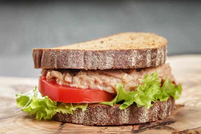 Chleb żytni z sałatą, pasztetem sojowym; śliwki
